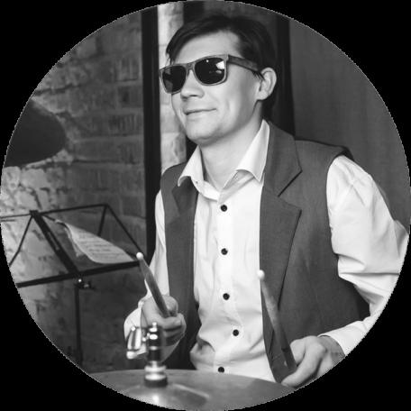Барабанщик кавер группы во время концерта в Москве