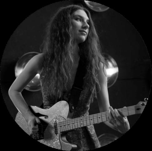 Гитаристка кавер группы на фотосессии
