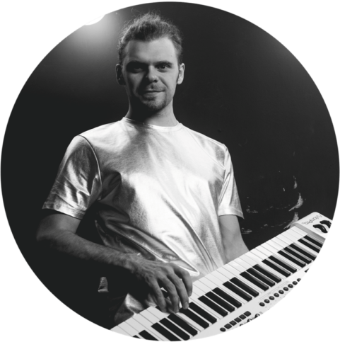 Клавишник кавер группы с фортепиано